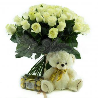 Букет из 41 белой Эквадорской розы с мягкой игрушкой и конфетами