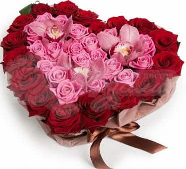 Сердце из 15 красных роз, 15 розовых роз и орхидеи